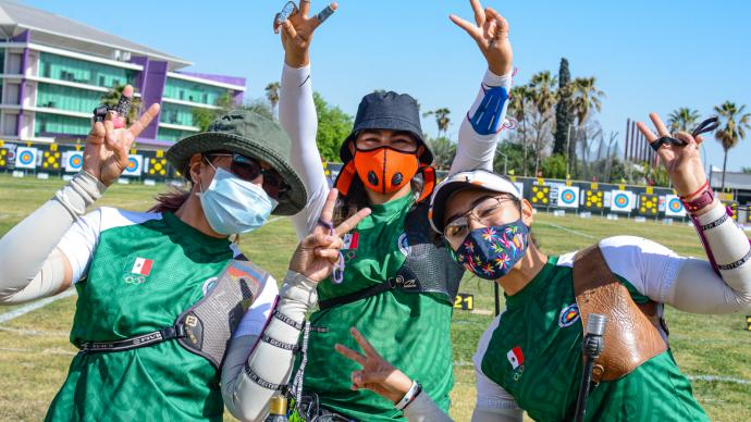 The Mexican recurve women celebrate team gold at the Pan American Championships in 2021.